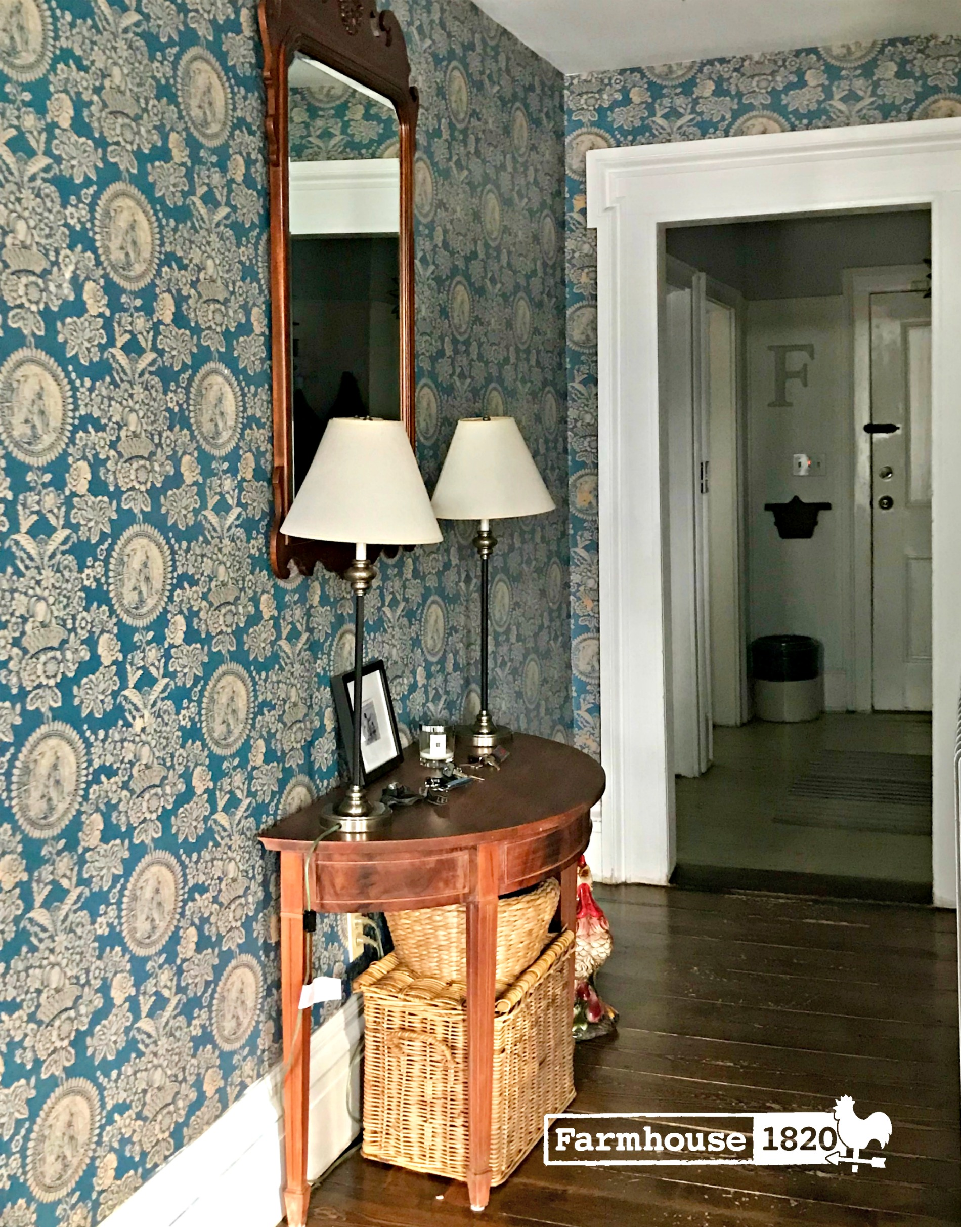 Toille - wallpaper in the foyer